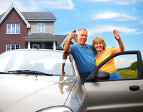 Les vieux couples s'approchent de leur maison Images stock