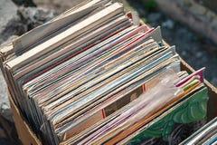 Les vieux disques de cru se sont pliés dans une boîte photo stock
