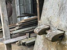 Les vieux escaliers en bois rustiques se relient sans employer des clous photos stock