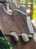 Les vieux escaliers en bois rustiques se relient sans employer des clous images stock