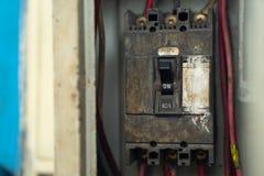 Les vieux et sales briseurs commutent dans la boîte électrique, disjoncteurs, photo libre de droits