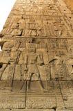 Les vieux hiéroglyphes de l'Egypte ont découpé sur la pierre images stock