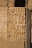 Les vieux hiéroglyphes de l'Egypte ont découpé sur la pierre images libres de droits