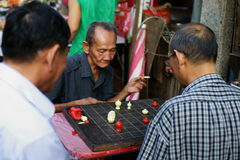 Les vieux hommes chinois jouent aux échecs Photo stock