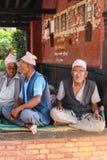Les vieux hommes dans la place durbar de bhaktapur, Népal Image stock