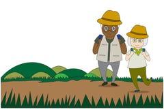 Les vieux hommes et le corps en bonne santé de femmes faisant des activités en plein air marchent dans la forêt photographie stock