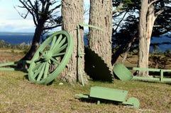 Les vieux instruments des migrants de travail en Tierra del Fuego sur le rivage de Lago Blanco Image libre de droits