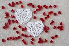 Les vieux Irlandais créatifs de toile de coton font du crochet le coeur de blanc de dentelle Pâques tricotée faite main, Noël, co Photographie stock libre de droits