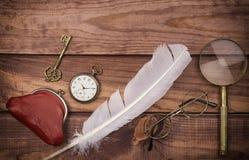 Les vieux lunettes s'approchent de la montre de poche, de la plume, de la loupe, de la bourse de vintage et de la clé sur le fond photos libres de droits