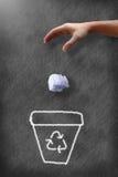 Les vieux papiers de lancement de main d'homme à réutilisent la poubelle Photo libre de droits