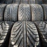 Les vieux pneus de voiture utilisés détaillent le modèle, le fond ou la texture Photographie stock libre de droits