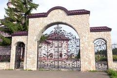 Les vieux porte d'église de stonу images libres de droits