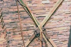 Les vieux skis accrochent sur le mur sous forme de de vieux skis croisés accrochent sur le mur croisé parmi eux-mêmes Photos libres de droits