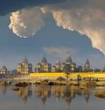 Les vieux temples s'approchent de la rivière Photo stock