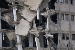 Les vieux travaux de démolition de maison avec le bouteur sont sur le dégagement de chantier de construction des blocages pour la illustration libre de droits