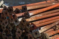 Les vieux tubes d'échafaudage storaged dehors dans une pile Images libres de droits