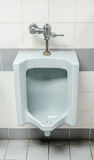 Les vieux urinoirs dans des toilettes des hommes Image stock