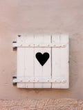 Les vieux volets blancs fermés avec le coeur forment (11) photographie stock