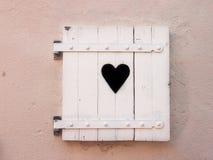 Les vieux volets blancs fermés avec le coeur forment (18) Image stock