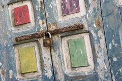 Les vieux volets peints floconneux brillamment colorés de fenêtre ont fixé avec une inclinaison néerlandaise de rouillement de bo images libres de droits