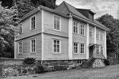 Les vieux wodden la maison dans le kungalv Images stock