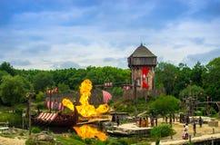 Les Vikings et leurs chaloupes attaquant un petit village dans une exposition stupéfiante dans le parc à thème de Puy du fou, Fra Images stock
