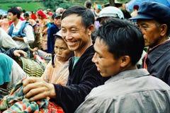 les villageois à l'agriculteur local lancent le sourire sur le marché tout en choisissant quelques oiseaux pour leurs cages à la  photographie stock