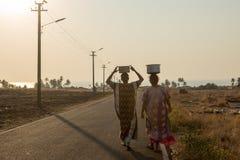 Les villageois portent l'eau dans une partie à distance d'Inde photographie stock