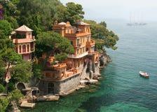 Les villas de bord de la mer s'approchent de Portofino, Italie Photos stock