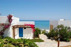 Les villas s'approchent de la plage à l'hôtel de luxe Photos stock