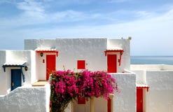 Les villas s'approchent de la plage à l'hôtel de luxe Image libre de droits