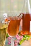 Les vins froids d'été, blanc et se sont levés, servi en beaux verres o Images libres de droits
