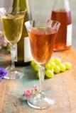 Les vins froids d'été, blanc et se sont levés, servi en beaux verres o Image stock