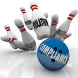 Les violations de grève de boule de bowling de conformité suivent des règles pour gagner Image stock
