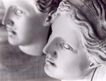 Les visages de 2 statues femelles Photo stock
