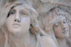 Les visages des femmes dans la pierre Photos stock