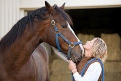 Les visages du femme et du cheval ensemble Images libres de droits
