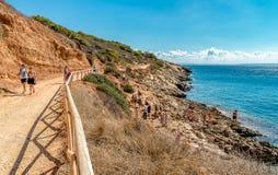 Les visiteurs appréciant Cala Fredda échouent pendant leur voyage sur l'île de Levanzo en mer Méditerranée de la Sicile Photos libres de droits
