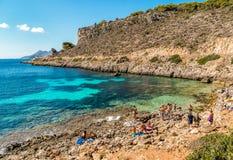 Les visiteurs appréciant Cala Fredda échouent pendant leur voyage sur l'île de Levanzo en mer Méditerranée de la Sicile Image stock
