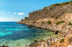Les visiteurs appréciant Cala Fredda échouent pendant leur voyage sur l'île de Levanzo en mer Méditerranée de la Sicile Photo libre de droits