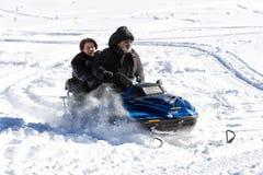 Les visiteurs apprécient la neige sur des motoneiges au centre de ski de Falakro, GR Image libre de droits