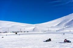 Les visiteurs apprécient la neige sur des motoneiges au centre de ski de Falakro, GR Images stock