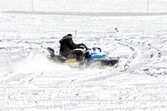 Les visiteurs apprécient la neige sur des motoneiges au centre de ski de Falakro, GR Image stock