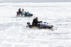Les visiteurs apprécient la neige sur des motoneiges au centre de ski de Falakro, GR Photos libres de droits