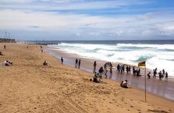 Les visiteurs apprécient un jour ensoleillé chez Brighton Beach photos stock