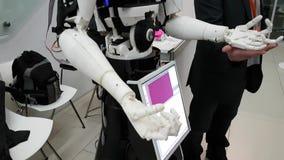 Les visiteurs communiquent avec le robot clips vidéos