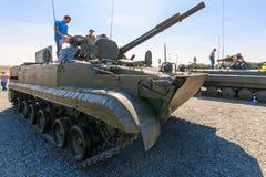Les visiteurs de l'exposition inspectent le véhicule de combat d'infanterie BMP-3 Photographie stock libre de droits