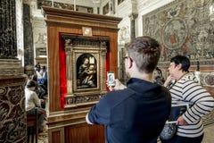Les visiteurs de musée prennent des photos de Leonardo da Vinci photos libres de droits