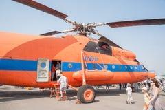 Les visiteurs du salon de l'aéronautique explorent l'hélicoptère de MI-6A Image stock