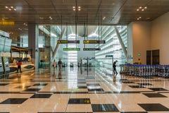 Les visiteurs entrent du train de MRT dans l'aéroport Singapour de Changi Image stock